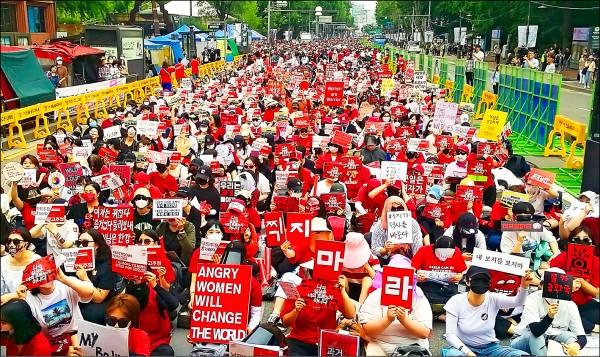 受夠偷拍歪風的南韓女性,自五月起每月走上首爾街頭抗議,為歷來南韓最大規模女性抗議活動。圖為六月份的反偷拍抗議。(法新社)
