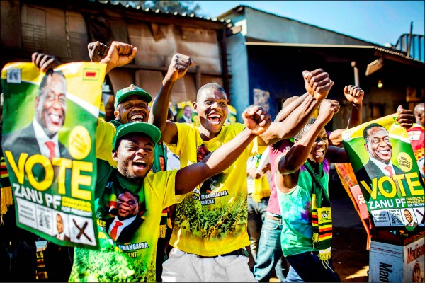 辛巴威選委會三日公布總統大選結果,由代理總統姆納加瓦以些微過半的得票率當選新任總統。圖為姆納加瓦的支持者三日在首都哈拉雷郊區慶祝他勝選。(法新社)