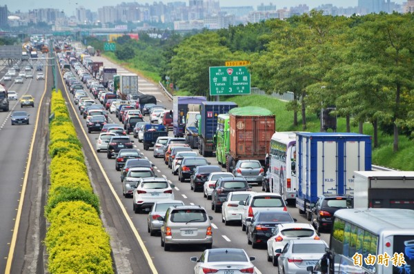 中山高台南仁德段交通事故,車流嚴重回堵。(記者吳俊鋒攝)