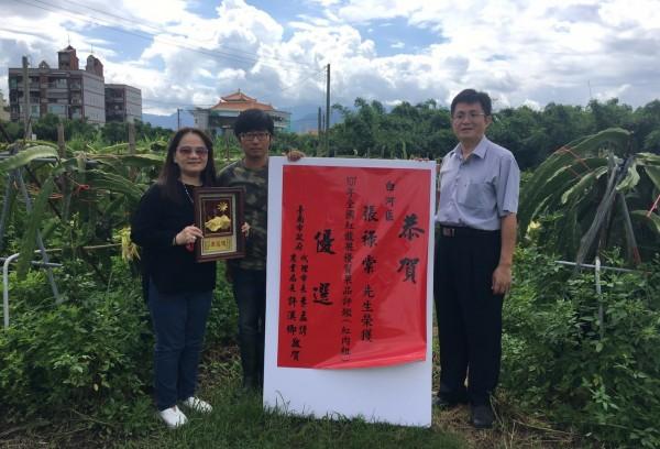 張祿棠(中)是台大園藝系研究所碩士,畢業後返鄉從農,學術與實務結合,種植紅龍果今年獲全國賽優選。(記者楊金城翻攝)