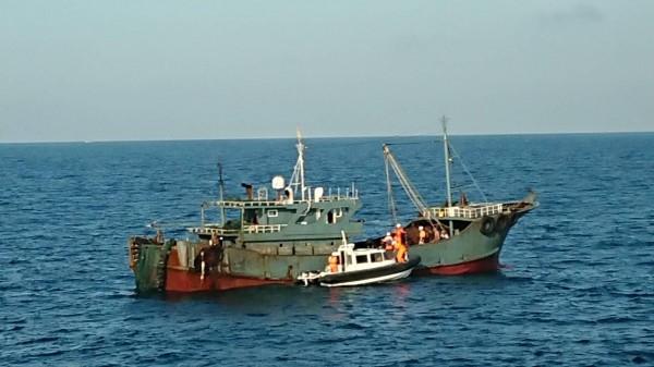 澎湖艦在貓嶼海域,查獲無船名中國漁船越界以滾輪式拖網捕魚。(澎湖海巡隊提供)
