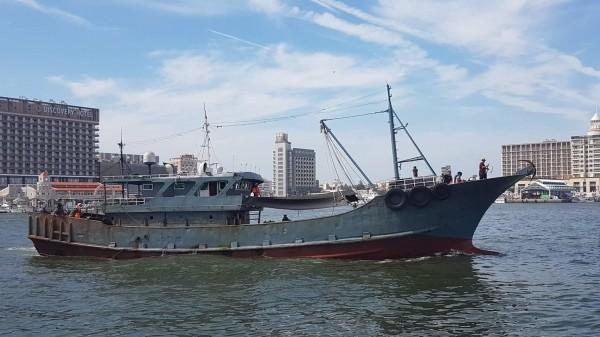 中國漁船船長跳海干擾查緝,澎湖海巡隊仍連人帶船帶回馬公隊部偵訊。(澎湖海巡隊提供)