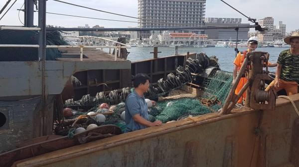 中國滾輪式漁船無船名,澎湖海巡隊扣案釐清疑點。(澎湖海巡隊提供)