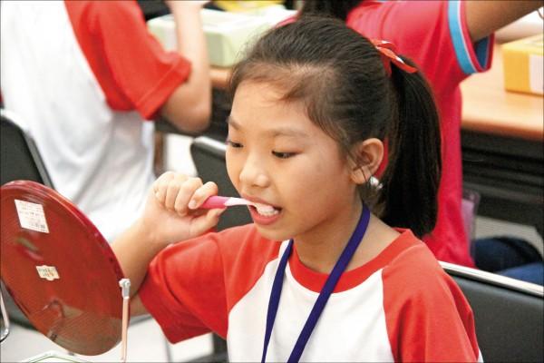 大多數的人刷完牙會多次漱口,沖走所有牙膏泡沫,牙醫師建議,別急著漱口,維持半小時以上,更能預防蛀牙。 (資料照)