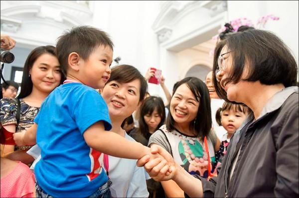 總統蔡英文(右)3日出席總統府家庭日,要求總統府同仁要「多生幾個」。(取自蔡總統臉書)