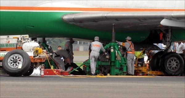 停機坪溫度極高,超過40度對飛機維修員而言已是家常便飯。飛機維修員欲向勞動部爭取高溫假。示意圖,圖中人物與本新聞無關。(資料照)