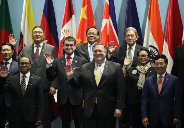 美國國務卿龐皮歐(前排中)今天在新加坡出席東南亞國家協會(ASEAN)10國外長和其他國家官員的會議,承諾為東南亞國家提供近3億美元(約新台幣91億元)的安全基金。(歐新社)