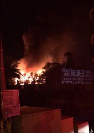 台中大坑知名景點紙箱王創意園區,今天凌晨發生大火,火勢猛烈。(圖擷取自爆料公社)