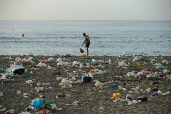 智利在法律上嚴格限制塑膠袋的使用,各大小商家在緩衝期過後皆不可提供塑膠袋給消費者。廢棄塑膠袋示意圖。(路透)
