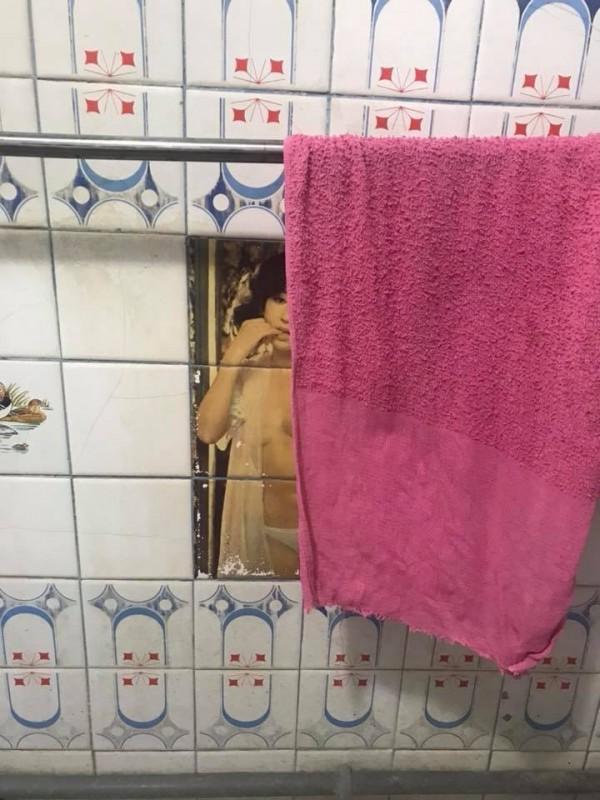 一位網友在外公家發現裸女磁磚。(圖擷自爆廢公社)