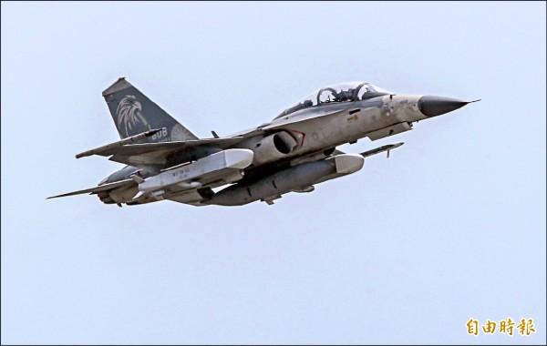 空軍編號1608 IDF雙座戰機,二日攜帶二枚「萬劍彈」實施戰術測評,成功完成射擊及作戰能力驗證。(記者游太郎攝)