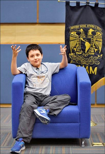 十二歲的狄亞茲,三日在墨西哥國立自治大學為他舉行的記者會上,侃侃而談。(法新社)