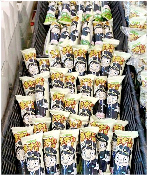 經營陷入困境的日本千葉縣地方鐵路銚子電鐵推出新名產日式點心「難吃棒」以籌措經費,三日傍晚首批一萬五千支火速銷售一空。(取自網路)