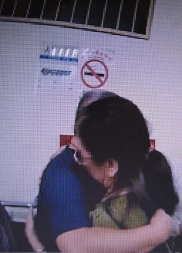 台中一名黃姓男子(左)潛逃中國10年,近日返國投案,和10年未見的媽媽(右)在警局相擁而泣。(記者陳建志翻攝)