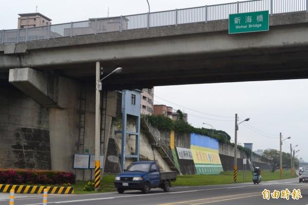 今天下午5點左右新海橋下驚傳有男子遭到利刃攻擊,身中3刀後倒地不起,已送往醫院治療。(資料照)