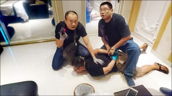 刑事局建議增設「三振條款」,盼能嚇阻製、運、販毒。圖為警方上月在竹縣一家汽車旅館逮捕毒販。(資料照)