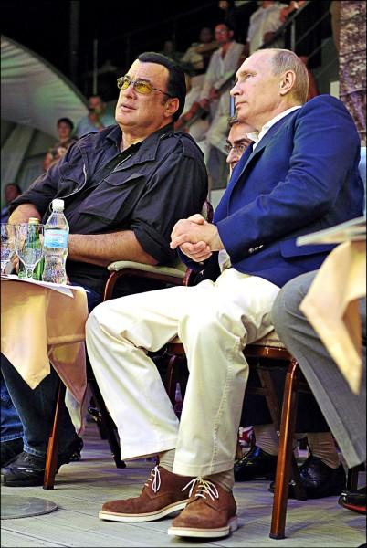 圖為席格與普廷二○一二年八月在瀕黑海的度假勝地索契觀看綜合格鬥比賽。 (法新社檔案照)
