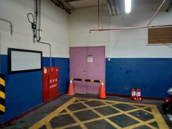洪姓工人在捷運站地下停車場的廁所內施工時不慎觸電身亡。(記者曾健銘翻攝)