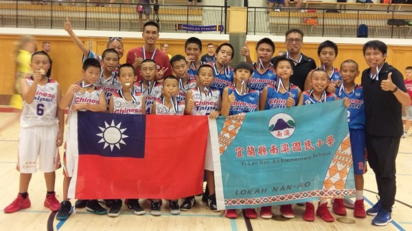 宜蘭縣南澳國小男子籃球隊,參加芬蘭海豚盃國際分齡籃球賽,勇奪雙料冠軍。(圖由鄭轅緒提供)