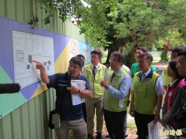 陳信安(左)向黃偉哲團隊說明原台南刑務所一帶的歷史建築。的觀點來看,(記者蔡文居攝)
