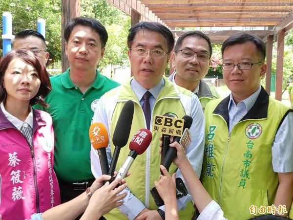 黃偉哲(中)表示,希望這場選舉大家做君子之爭,老是用罵的,這是無效的。(記者蔡文居攝)
