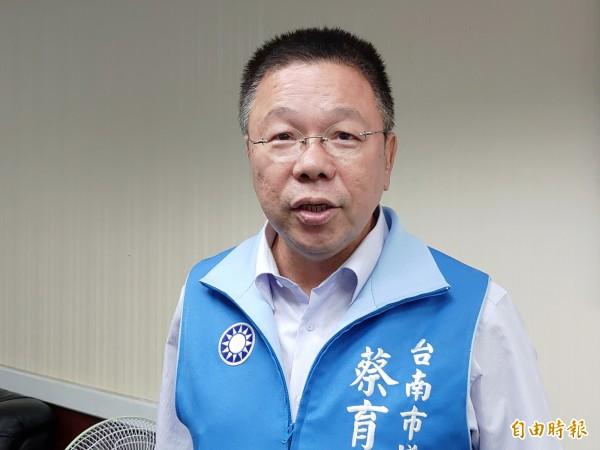 蔡育輝說,黃偉哲支持度呈現雪崩式下滑。(記者蔡文居攝)