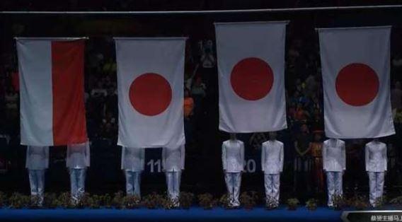 南京青奧體育公園體育館升起3面日本國旗,還演奏日本國歌。(圖擷自網路)