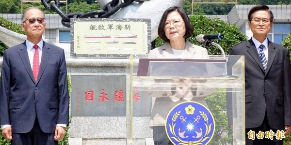蔡英文總統今上午為「新海軍啟航」紀念碑揭碑,證實潛艦國造跨國合作。(記者朱沛雄攝)