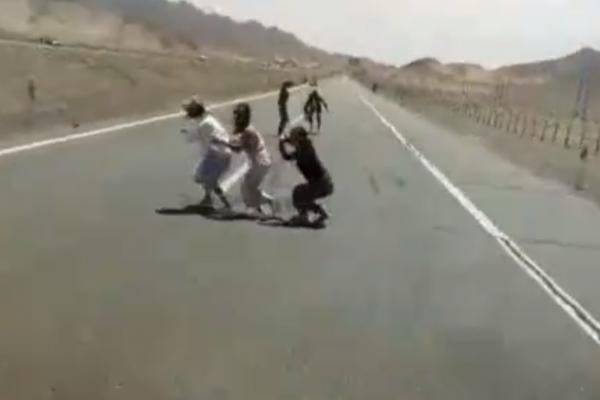 遊客看到車子快撞上才紛紛閃避。(圖擷自網路)