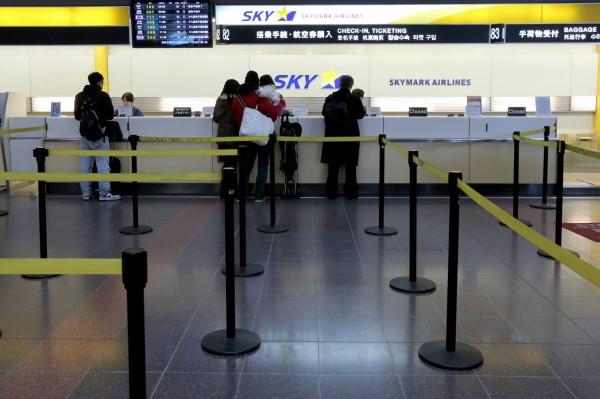 為防止資源浪費,關西機場開放民眾到現場憑機票和護照免費領取二手行李箱。(彭博)