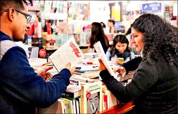 耶魯大學研究指出,閱讀的人壽命更長。圖為8月1日秘魯民眾在利馬國際書展會場瀏覽書籍。(路透檔案照)