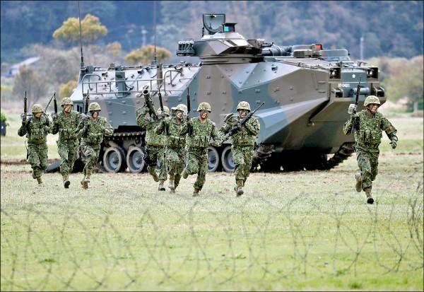 三月份正式成軍的陸上自衛隊水陸機動團(JGSDF)官兵,四月在九州長崎佐世保相浦營區展現戰技,在AAV7兩棲突擊車掩護下挺進。(路透檔案照)