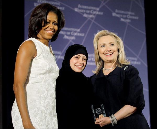 沙烏地阿拉伯女權志士巴達威(中)二○一二年獲頒美國國務院「國際婦女勇氣獎」,在華府的頒獎典禮上與當時的第一夫人蜜雪兒.歐巴馬(左)和國務卿希拉蕊.柯林頓合影。(路透檔案照)