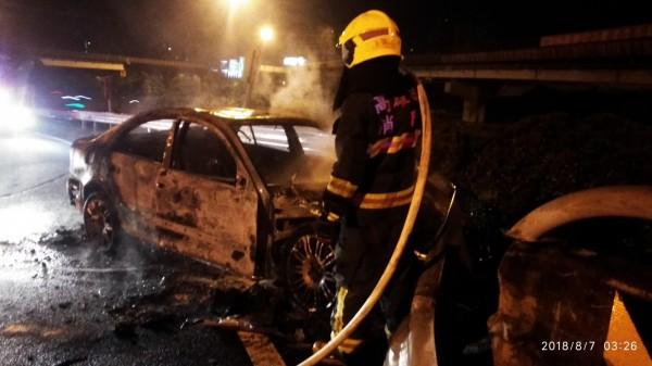 賓士車疑因過彎車速過快,失控自撞左側護欄後起火燃燒,整部車燒得面目全非。(記者蘇福男翻攝)