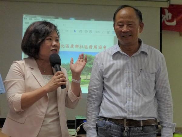 勞動部長許銘春(左)參訪新竹市康樂社區,對新竹市北區康樂社區發展協會理事長林再興(右)社區經營大表稱讚。(記者李雅雯攝)