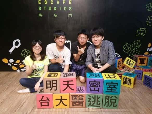 陳秀羚(左起)、曾鼎元、顏睿谷、吳彥寬放榜前相約「台大醫」見,竟有3人上榜。(吳彥寬提供)