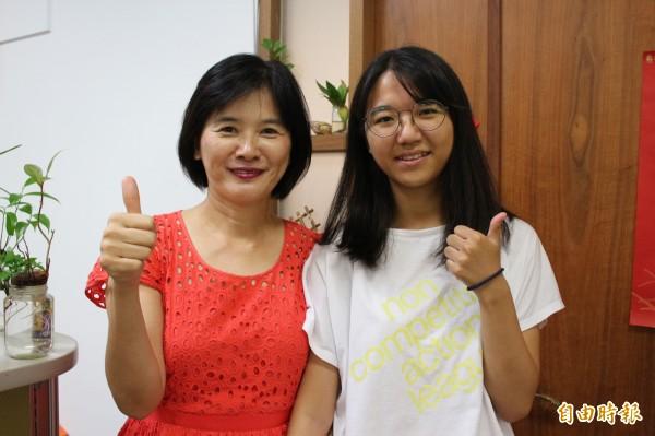 彰化女中校長陳香妘(左)鼓勵吳奕璇說,未來的路很寬廣,相信上天會有最好的安排!(記者張聰秋攝)