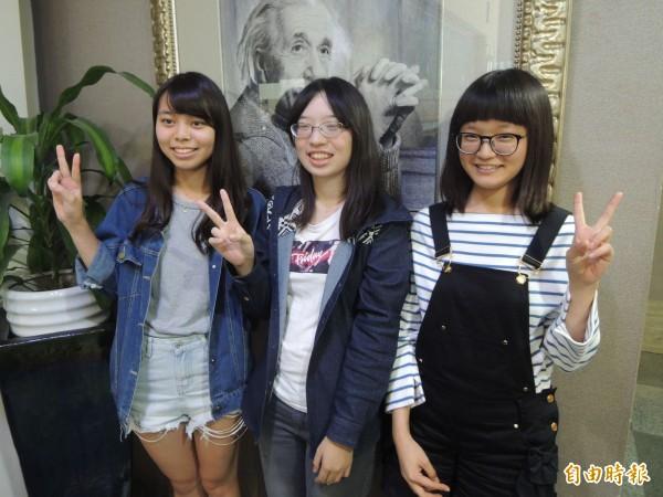 高雄女中蔡雨桐(左起)、蘇微晶及吳宜芳如願考上台大醫學系。(記者黃旭磊攝)