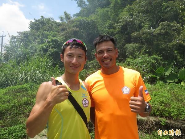 划船好手汪明輝(右)即將代表台灣參加印尼雅加達亞運,昔日在亞運場上並肩奪銀的戰友游宗威,也到日月潭為他加油。(記者劉濱銓攝)