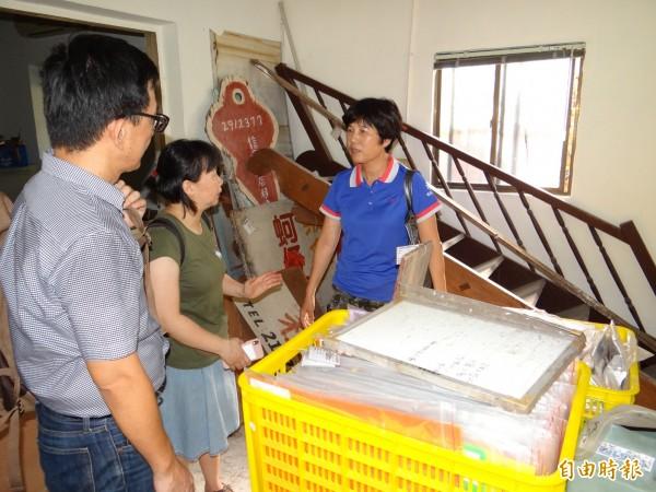 台灣歷史博物館研究人員(左二人)到南市南區水交社了解眷村庶民文物收藏情形。(記者王俊忠攝)