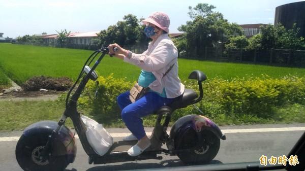 高把、寬胎,還有星光烤漆!宜蘭縣77歲黃姓婦人每次外出買菜都騎著兒子手工打造的電動「重機」,外型顯眼,頗具嬉皮風,她也被封為村內「最潮阿嬤」!(記者張議晨攝)