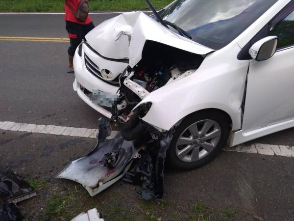 車子撞得相當嚴重。(記者蔡宗憲翻攝)