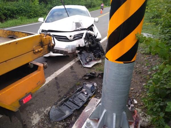 婦人的車子撞上電桿,車頭嚴重變形。(記者蔡宗憲翻攝)