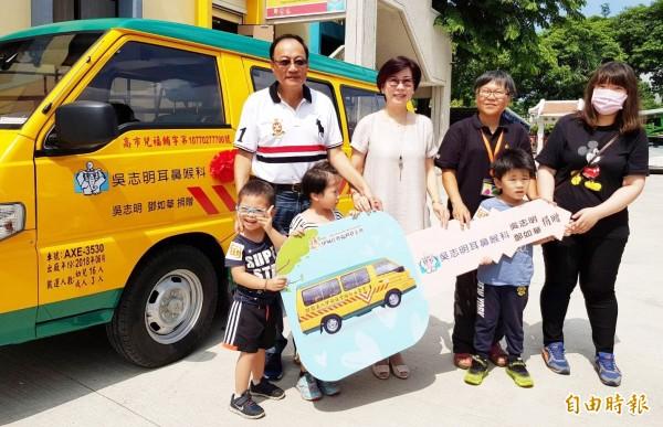 醫師吳志明(左)今天捐贈一部交通車給鳳山早療中心,幫助慢飛天使學習。(記者陳文嬋攝)