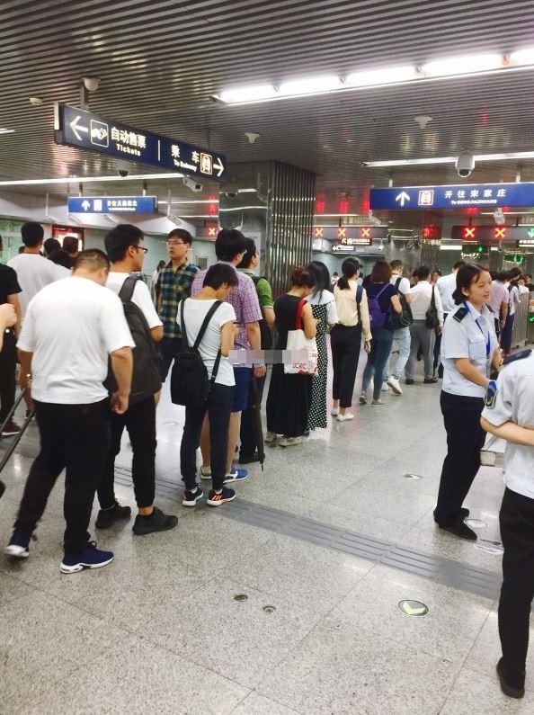 中國網友在推特中瘋傳1段影片,指出在北京市地鐵西站內竟出現公安堵住通往月台的道路,要求民眾拿出手機解鎖並讓官方檢查通訊App裡的訊息內容,驚人影片曝光令網友直呼「要戒嚴了?」。(圖擷取自微博)