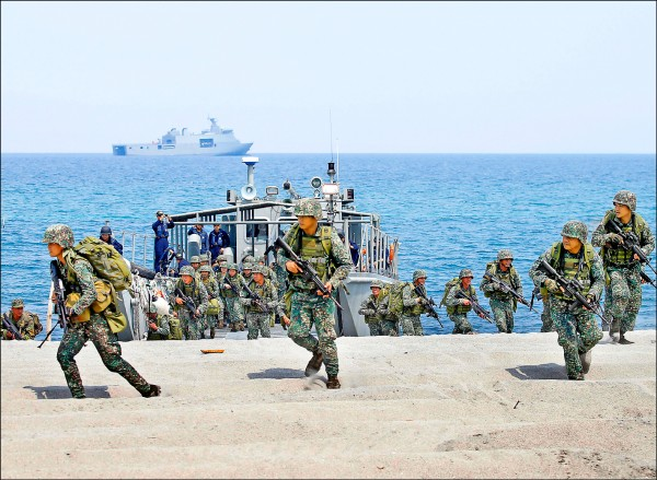 美國與菲律賓今年五月在菲國西北部的三描禮士省(Zambales)舉行第三十四屆「肩並肩」(Balikatan)年度聯合軍事演習。(美聯社檔案照)