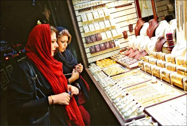 川普政府恢復對伊朗制裁,嚴格限制伊朗購買美鈔、阻止伊朗與各國間的黃金和其他貴重金屬貿易,導致伊朗民眾紛紛換購黃金,伊朗金價每天都在創新高,幣值則受累重貶。圖為伊朗婦女五日在首都德黑蘭一家金飾店瀏覽。 (歐新社)