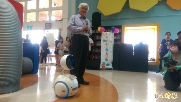 縣長李進勇與智慧型機器人互動。(記者林國賢攝)
