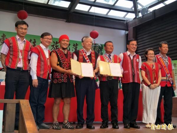 義美公司與花東原住民簽約契作紅藜等作物,簽約後合影。(記者謝武雄攝)