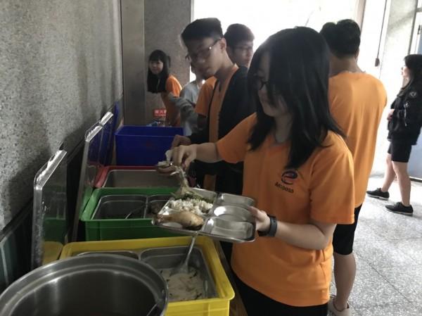 惠文高中新學年午餐不調漲,改提供餐盤讓學生用餐時,菜色分區放,提高食慾。(惠文高中提供)